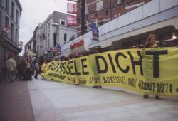 Demonstranten eisen de sluiting van Borssele uiterlijk in 2003
