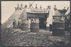 Demonstranten bij IJmuiden tegen de dumpingen in zee