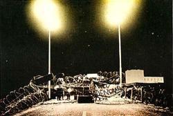De blokkades bij nacht, met op achtergrond de kerncentrale